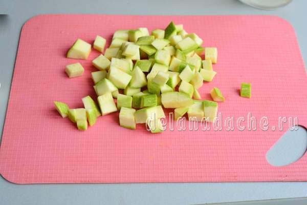 нарезать кабачок кубиками