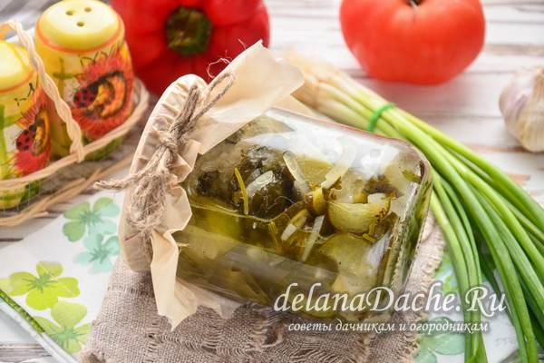 салат из огурцов с луком готов