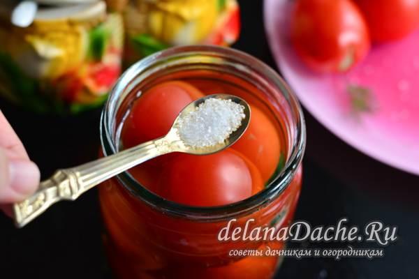 залить помидоры маринадом и добавить лимонную кислоту