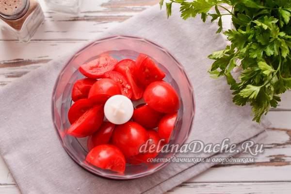 помидоры переложить в блендер