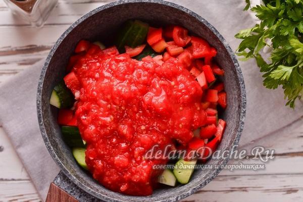 соединить овощи и томатное пюре